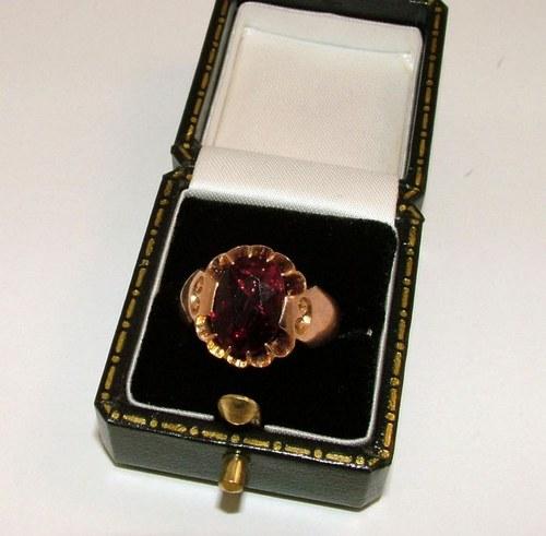 9ct Gold & Garnet Ring